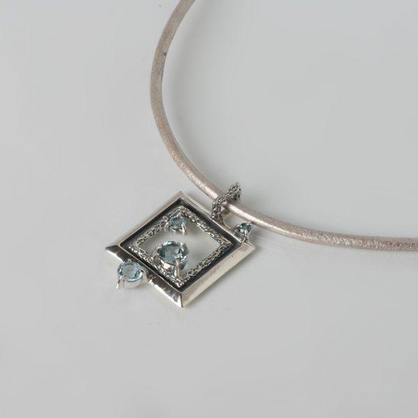 Сребърен медальон с небесно син топаз.